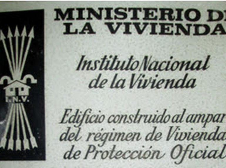 Retirades les plaques de simbologia franquista de les façanes de la ciutat