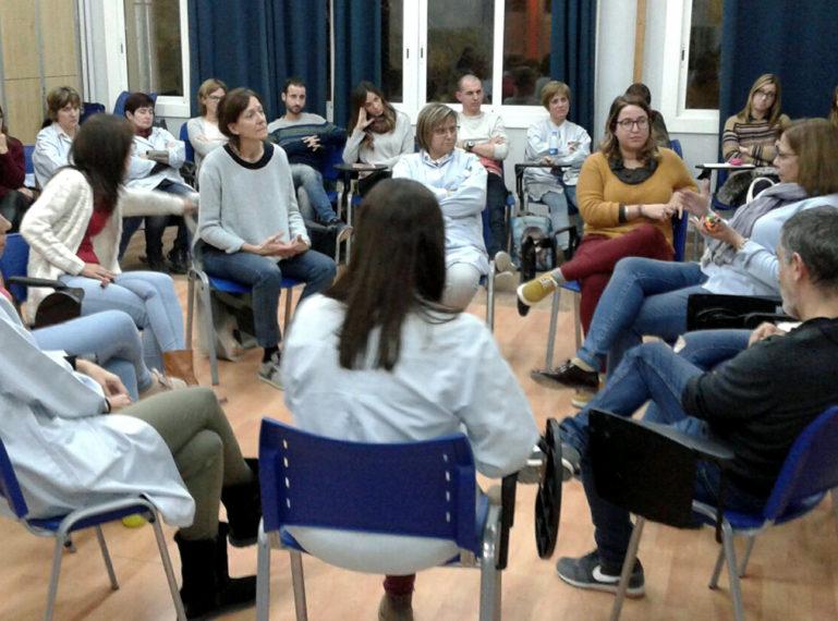 Formació en cercles restauratius al claustre de l'Escola Joan Bardina