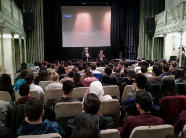 180 alumnes de l'INS Rubió i Ors, el Pedagogium Cos i el Col·legi Joan Bardina de Sant Boi van participar ahir del cinefòrum que l'Àrea d'Educació, Convivència i Solidaritat va realitzar amb motiu del Dia Internacional de Commemoració Anual en Memòria de les Víctimes de l'Holocaust, instituït el dia 27 de gener per l'Assemblea General […]