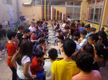 L'Escola Parellada de Sant Boi va realitzar el passat 31 de maig el seu primer torneig d'escacs. Va ser organitzat pels alumnes de sisè i van participar prop de 90 alumnes de tercer a sisè curs. Igual que l'Escola Parellada, 8 escoles més de la nostra ciutat participen des de fa tres anys en un […]